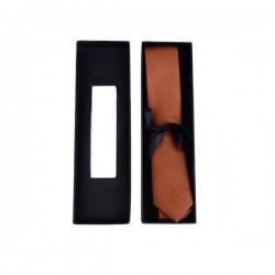 cravate étroite dans sa boîte cadeau